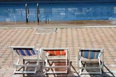 Présidence de plage colorée à la piscine Images stock