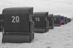 Présidence de plage en osier couverte Photo stock