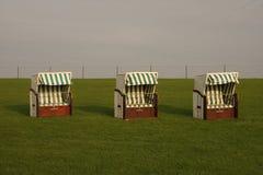 Présidence de plage en osier couverte Photographie stock libre de droits