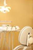 Présidence dentaire moderne avec le plateau Photographie stock
