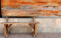Présidence en bois dans la construction abandonnée Image stock