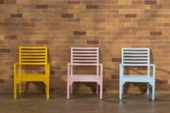 Présidence en bois jaune et rose bleue Photos stock