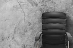 Présidence en cuir noire de bureau Image stock