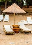Présidence et parapluie de plage sur la plage de sable Concept pour le reste, relaxation, vacances, station thermale, station de  photos libres de droits