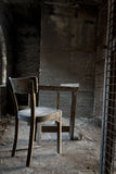 Présidence et table dans l'entrepôt abandonné Photos stock