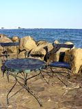 Présidence et table sur la plage Photographie stock libre de droits