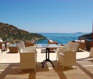 Présidences à la zone de relaxation de vue de mer de l'hôtel de luxe photo stock