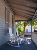 Présidences d'oscillation sur un porche Photographie stock libre de droits