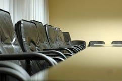 Présidences dans la salle du conseil d'administration vide Images stock