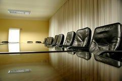 Présidences dans la salle du conseil d'administration vide Image libre de droits