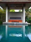 Présidences de exposition au soleil avec la piscine Image stock