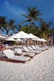 Présidences de plage blanches Photos stock