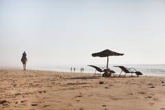 Présidences de plage en matin Photographie stock