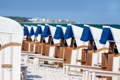 Présidences de plage en osier Photos stock