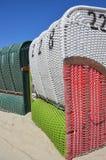 Présidences de plage en osier couvertes Photo stock