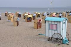 Présidences de plage en osier couvertes Images stock