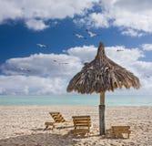 Présidences de plage et une cabane dans Miami Beach la Floride Photos stock