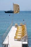 Présidences de plage sur la jetée à Nice. Photo stock