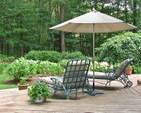 Présidences de salon sous le parapluie de patio Images stock