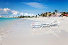 Présidences de salon sur la plage tranquille de compartiment de grace photographie stock libre de droits