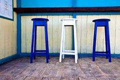 Présidences en bois blanches et bleues de bar Photographie stock libre de droits