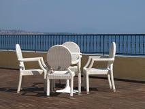 Présidences en osier blanches sur une terrasse d'hôtel Photographie stock libre de droits