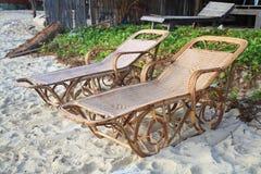 Présidences en osier de rotin sur la plage Photo stock
