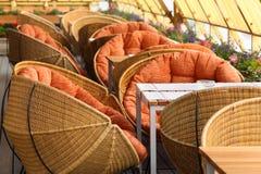 Présidences en osier et tables dans le restaurant Image stock