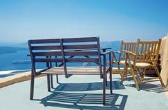 Présidences et table sur la terrasse Photo stock
