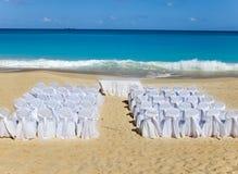 Présidences et tables attendant le mariage sur la plage. Photographie stock