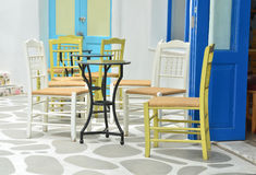 Présidences et tables au café extérieur Images libres de droits