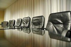 Présidences vides dans la salle du conseil d'administration vide Photo stock