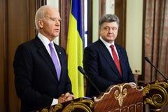 Président de l'Ukraine Petro Poroshenko et vice-président des Etats-Unis Images stock