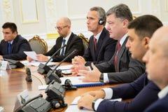 Président de l'Ukraine Poroshenko et sécrétaire général d'OTAN Jens Images stock