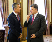 Président de l'Ukraine Poroshenko et sécrétaire général d'OTAN Jens Image stock