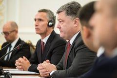 Président de l'Ukraine Poroshenko et sécrétaire général d'OTAN Jens Photo stock