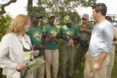 Président de Wayne Pacelle de la société humanitaire des Etats-Unis vérifiant la patrouille anti-snaring en parc national de Tsav image libre de droits