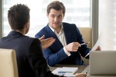 Président discutant la stratégie financière avec l'associé Photo stock