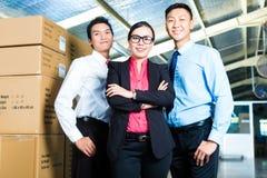 Président et hommes d'affaires dans un entrepôt Photographie stock libre de droits
