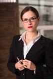 Président femelle Office Workplace de femme d'affaires de brune attrayante Image libre de droits