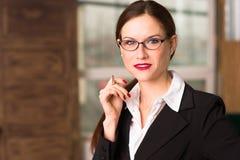 Président femelle Office Workplace de femme d'affaires de brune attrayante Photos libres de droits