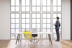 Président sur son lieu de travail avec le bureau blanc, une chaise de bureau et une chaise jaune transparente de visiteur Photo libre de droits