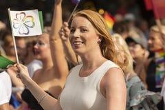 Présidente Swedish Centre Party d'Annie Lööf marchant chez Europride Images stock