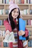 Préstamo de ofrecimiento del dinero del estudiante Imágenes de archivo libres de regalías