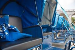 Préstamos de sillas de ruedas azules delante de la iglesia dentro del Sanc Imagen de archivo libre de regalías
