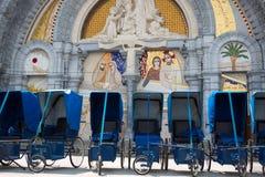 Préstamos de sillas de ruedas azules delante de la iglesia dentro del Sanc Fotografía de archivo libre de regalías