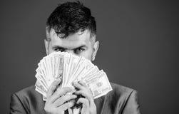 Préstamos en efectivo fáciles El hombre de negocios consiguió el dinero del efectivo Concepto de la riqueza y del bienestar Consi foto de archivo libre de regalías