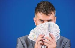 Préstamos en efectivo fáciles El hombre de negocios consiguió el dinero del efectivo Concepto de la riqueza y del bienestar Consi fotografía de archivo