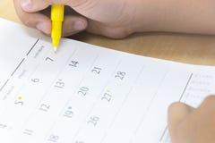 Prévoyant un itinéraire de vacances, le calendrier, jaunissent le stylo, date Photo stock
