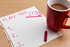 Prévoyez pour le texte 2018 sur la note de papier avec la tasse de café sur l'étiquette d'affaires Images stock